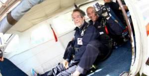 Marc Knopp si prepara al lancio con il paracadute