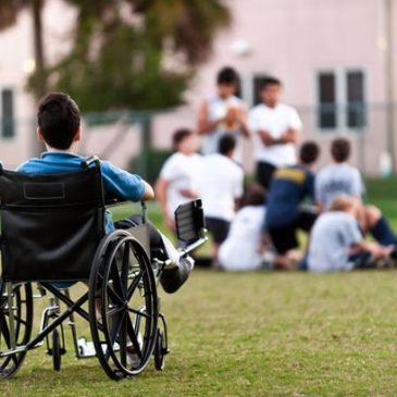 Ragazzo in carrozzina in ambito scolastico