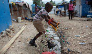 Giornata internazionale disabilità: ragazzo di colore con protesi