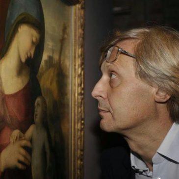 Vittorio Sgarbi osserva un quadro
