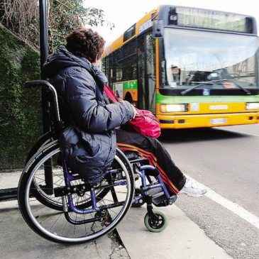 Donna disabile in attesa del bus