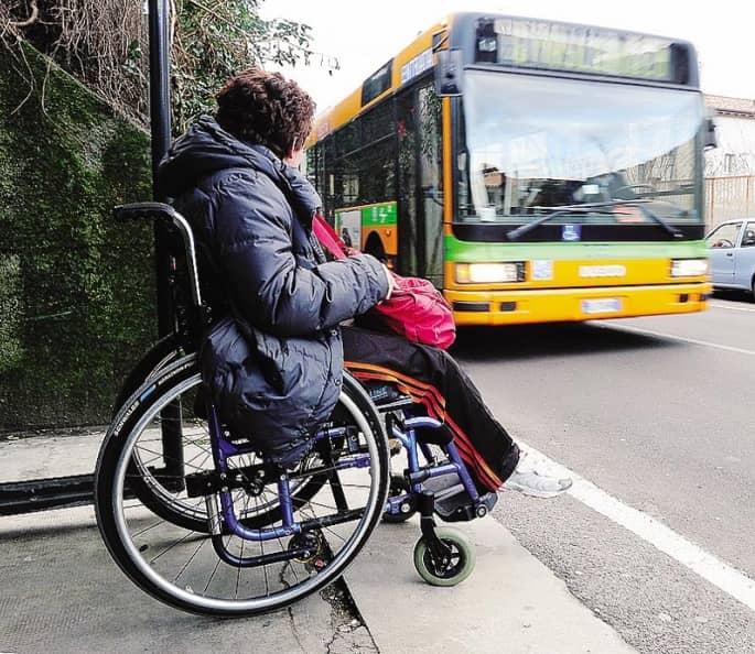Donna disabile in attesa del bus