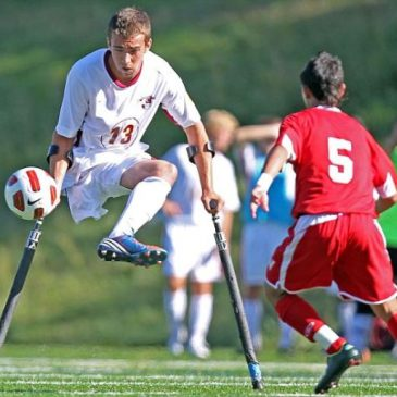 Nico Calabria gioca a calcio con le stampelle