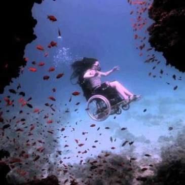 Sue Austin sott'acqua con la carrozzina