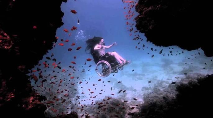 Sue Austin sott'acqua con la sua carrozzina