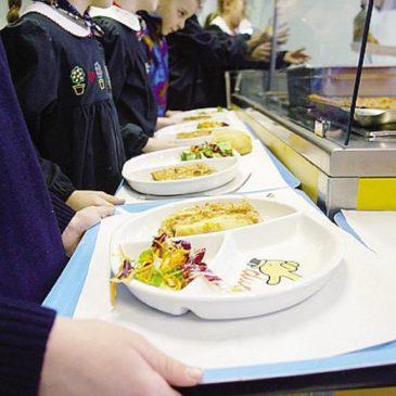 Ragazzi nella mensa della scuola