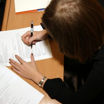 Una candidata compila i moduli durante un concorso
