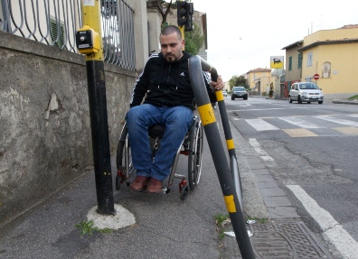 prato-disabili-protesta-adesivo