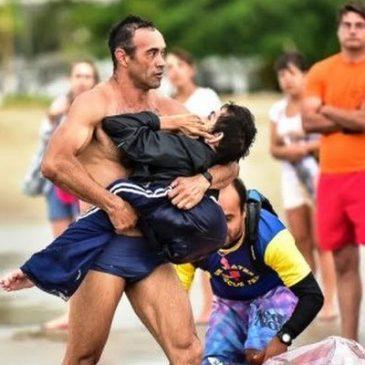 Josè triatleta con in braccio Elkier il figlio disabile