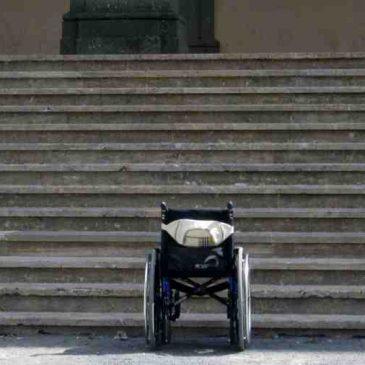 La scalinata all'ingresso del Centro Sevizi Culturali di Oristano impedisce l'ingresso ai disabili