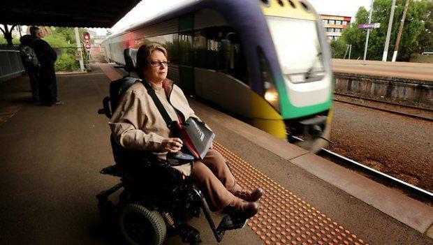 Disabile in carrozzina alla stazione