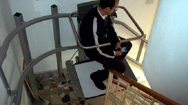 servoscala-a-piattaforma-con-seggiolino-chiudibile-sardegna-marzo-2007