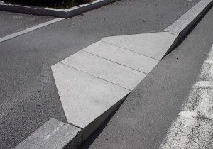 Esempio di scivolo per far accedere al marciapiede i disabili in carrozzina