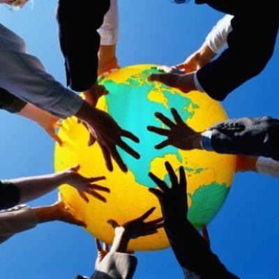 Tante mani sostengono il mondo: Immagine simbolo di condivisione