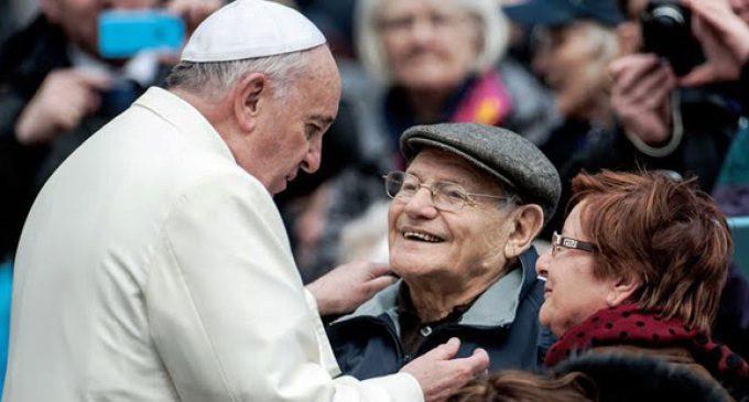 Papa Francesco con due anziani