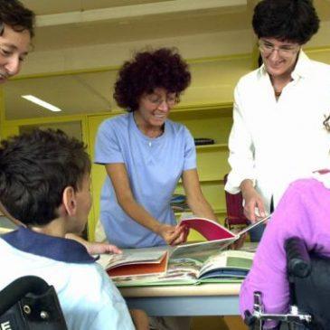 Ragazzi disabili con gli insegnanti di sostegno a scuola