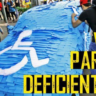 Occupa il parcheggio per disabili, la vendetta diventa virale