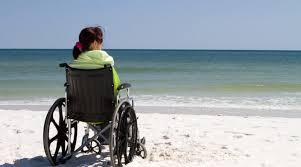 ragazza in carrozzina in spiaggia