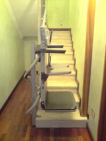 Servoscala per scale strette con seggiolino chiudibile