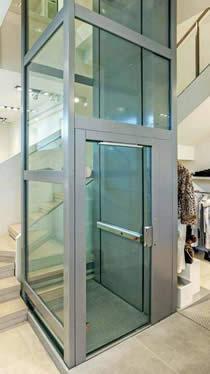 Elevatore MiniAriesEco con incastellatura metallica a vetri.
