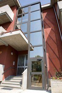 Piattaforma elevatrice con incastellatura a vetri