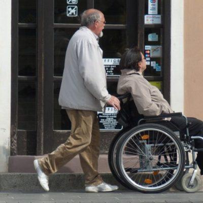 Disabile in carrozzina con accompagnatore