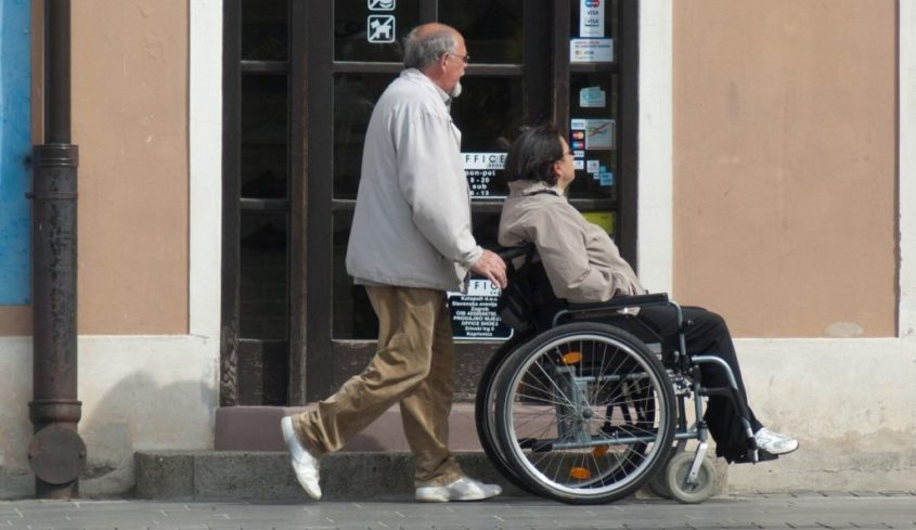 Disabile in carrozzina con accompagnatore