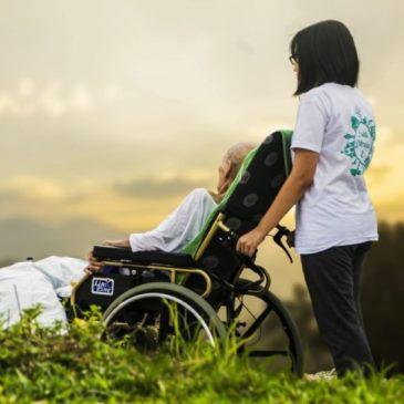 Un caregiver familiare con il suo assistito