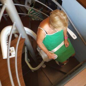 Poltroncina montascale Airone su scala a chiocciola con persona